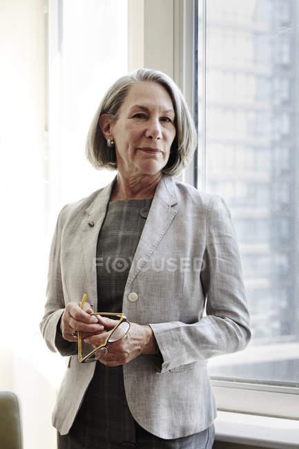 Портрет старшого бізнес-леді проведення окулярів — стокове фото