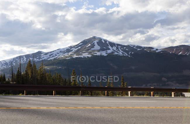 Vue de la route et Copper Mountain, Colorado, é.-u. — Photo de stock