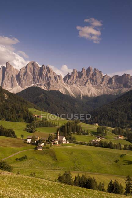 Paisagem com Santa Maddalena e montanhas, vale de Funes, Dolomitas, Itália — Fotografia de Stock