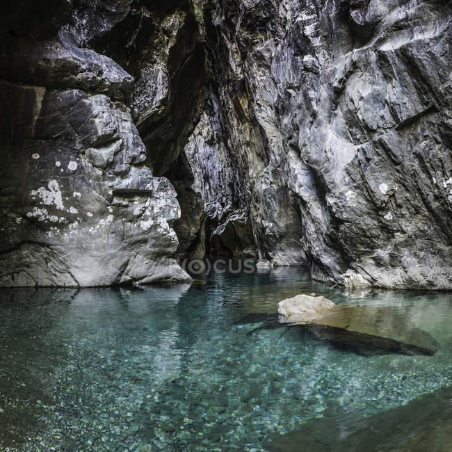 Garganta rocosa y el río Azul, Cajon del Azul cerca de El Bolson, Patagonia, Argentina - foto de stock