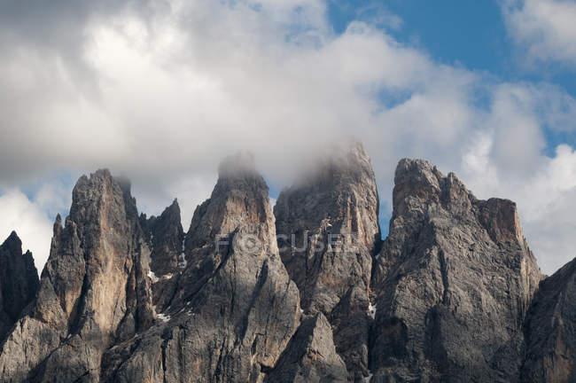 Низькі хмари над зубчасті Odle гора skyline, місті Funes долини, Доломітові Альпи, Італія — стокове фото