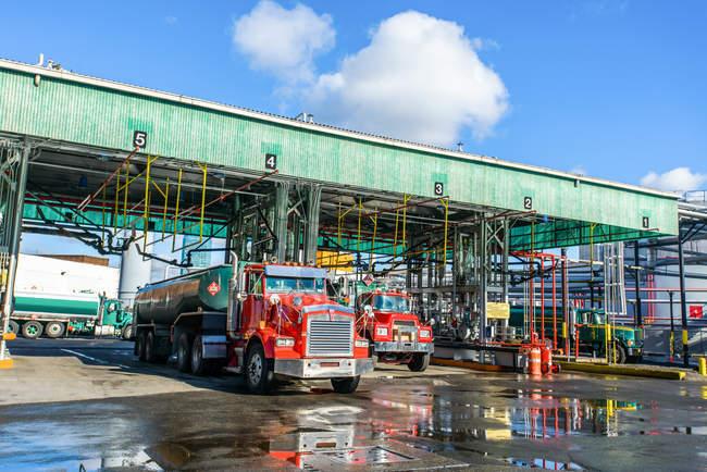 Petroliere biocarburanti presso la stazione di pulizia della centrale a biocarburanti — Foto stock