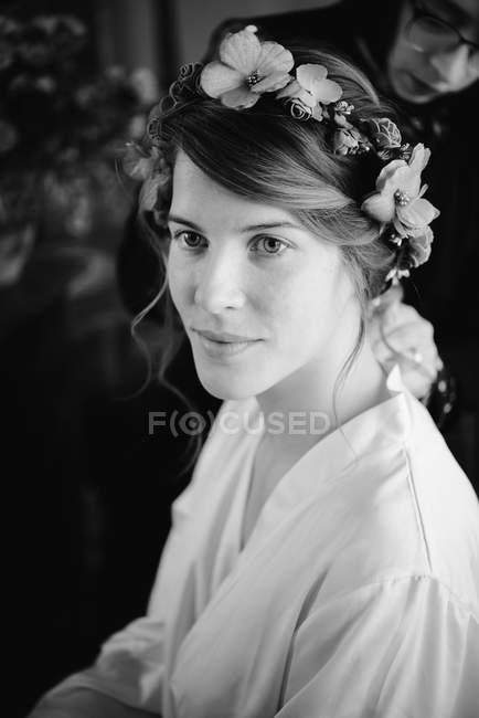 Ritratto di sposa che si prepara al matrimonio con parrucchiere — Foto stock