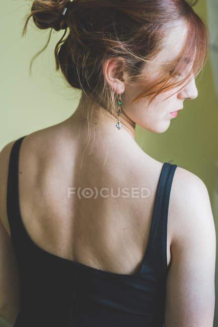 Задний вид Портрет молодой женщины, глядя через плечо — стоковое фото