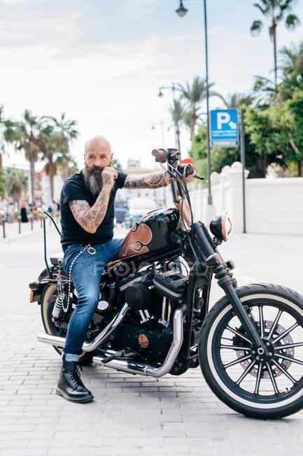 Hipster hombre maduro sobre motos, Valencia, España - foto de stock