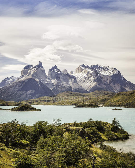 Landscape with Grey Lake, Paine Grande and Cuernos del Paine, Torres del Paine national park, Chile — Stock Photo