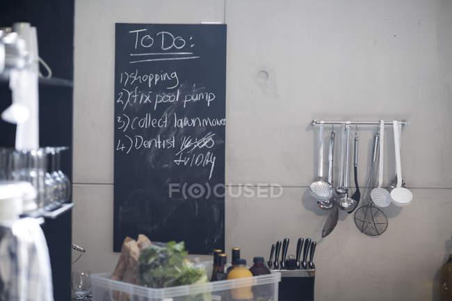 Quadro negro na cozinha com a lista de coisas a fazer — Fotografia de Stock