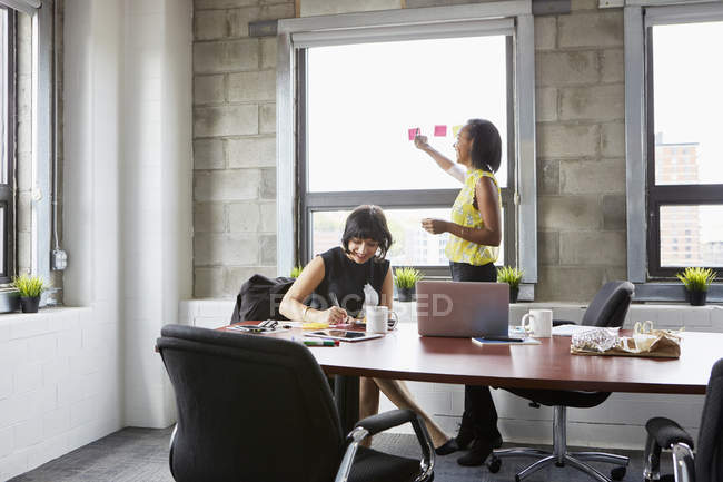 Two women working in meeting room — Stock Photo