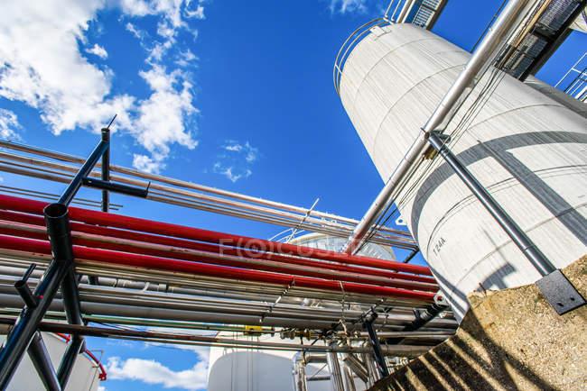 Низький кут зору промислових трубопроводів і зберігання танків на біопаливо завод — стокове фото