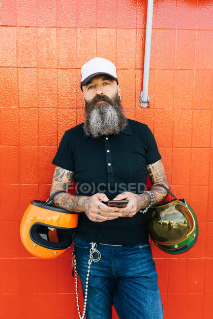 Portrait de mature mâle hipster devant mur rouge — Photo de stock
