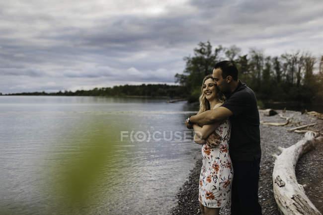 Романтическая пара, обнимающаяся на пляже, Ошава, Канада — стоковое фото