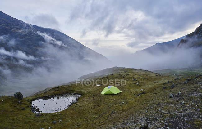 Вид на горы с палаткой на холме, Вентиль, Ла-Пас, Боливия, Южная Америка — стоковое фото