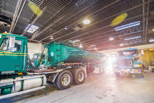 Біопаливо танкерів припарковані в біопаливо завод депо — стокове фото