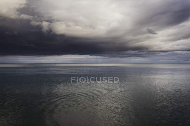 See und dramatischer stürmischer Himmel, Oshawa, Kanada — Stockfoto