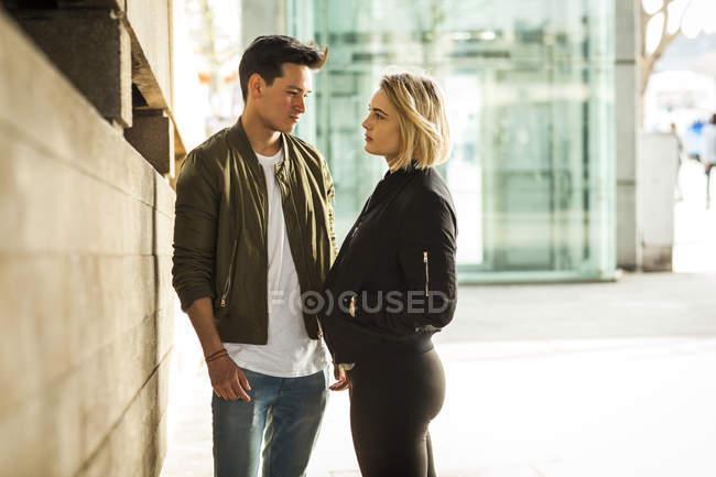 Молодая пара, стоящая лицом к лицу на улице — стоковое фото