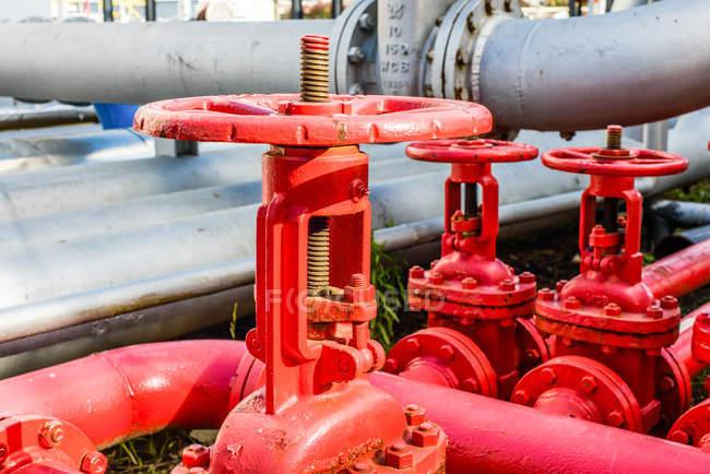 Fermeture des tuyaux industriels rouges et des vannes de l'usine industrielle de biocarburants — Photo de stock