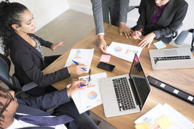 Деловые люди, работающие в конференц-зале — стоковое фото