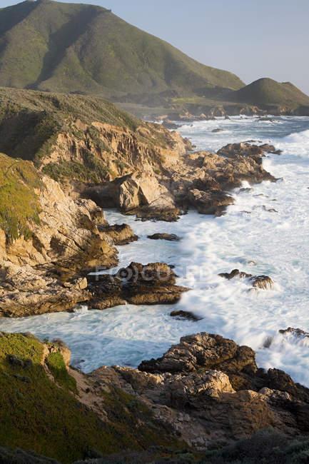 Vista de alto ângulo do penhasco e litoral, Monterey, Califórnia, EUA — Fotografia de Stock