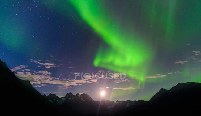 Paisaje de montaña y aurora boreal por la noche, Narsaq, Vestgronland, Groenlandia del sur - foto de stock
