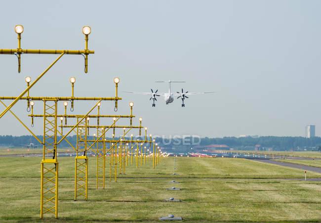 Аероплан приземлення на злітно-посадкової смуги посадки фари, Схіпхол, Північна Голландія, Європа — стокове фото