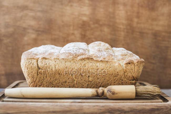 Close-up vista do fresco assado pão sobre uma superfície de madeira — Fotografia de Stock