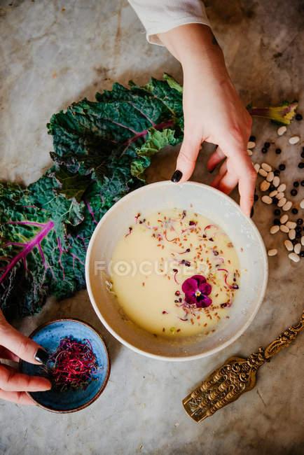 Preparación plato de vegano mujer - foto de stock