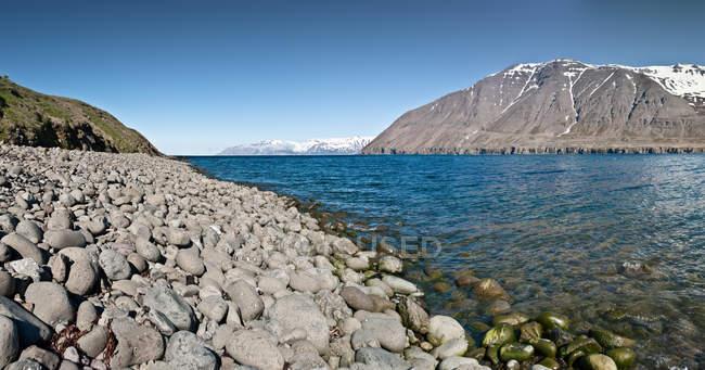Kleifar montagnes et océan bleu en Islande — Photo de stock