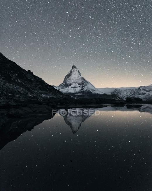 Готель Matterhorn розмірковуючи над озером Ріффельзеє вночі Церматт, Вале, Швейцарія — стокове фото