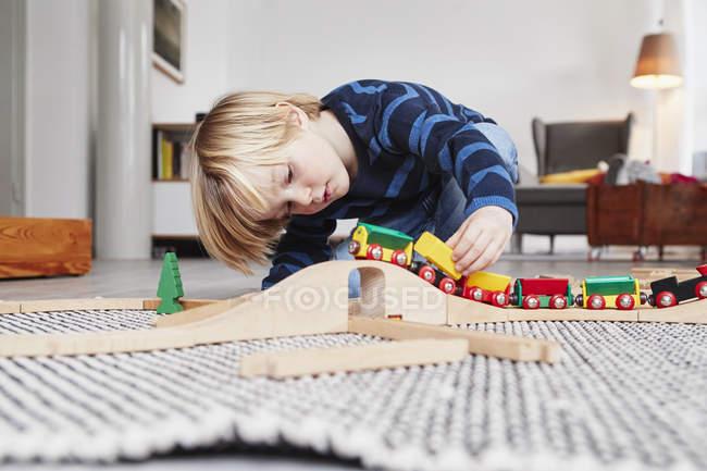 Хлопчик грає з іграшковий потяг і трек — стокове фото