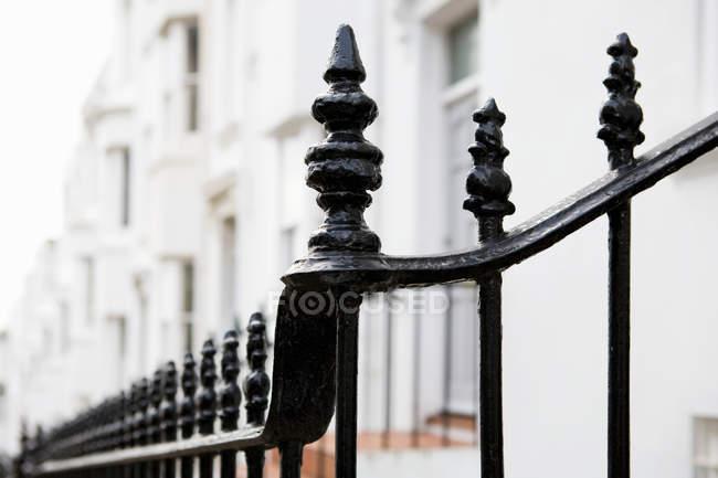 Рейлинги за пределами терракотовых домов в городе, Великобритания — стоковое фото