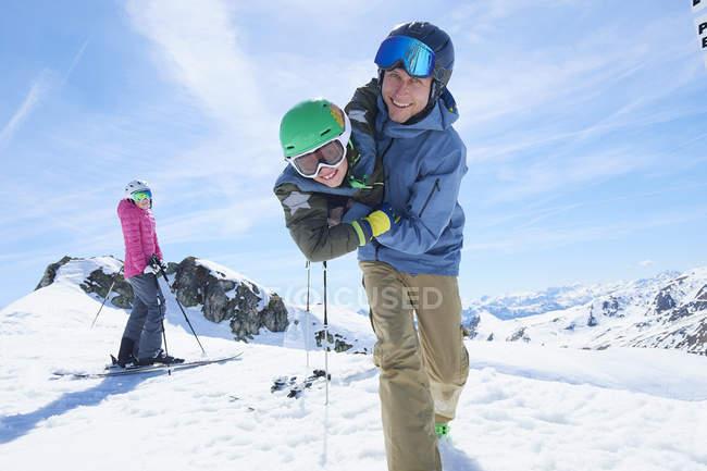 Отец и сын, играя, Хинтертукс, Тироль, Австрия — стоковое фото