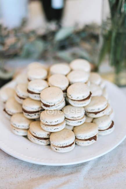 Gros plan de pile de macarons sur la plaque blanche, mise au point sélective — Photo de stock