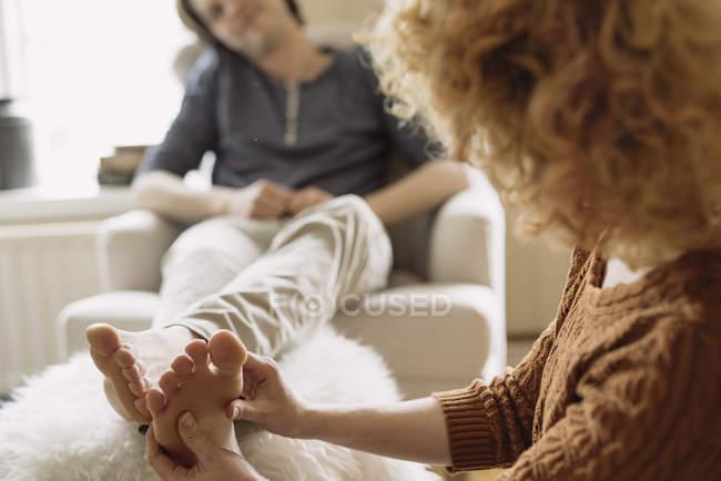 Frau und Mann-Fußmassage — Stockfoto