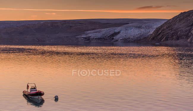 Barca sull'acqua di fronte al ghiacciaio Qualerallit, Narsaq, Kitaa, Groenlandia — Foto stock