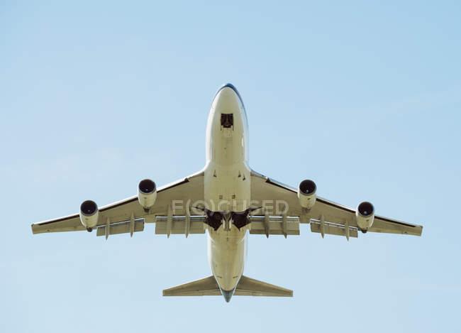 Vue en angle bas du décollage de l'avion, Schiphol, Hollande-Septentrionale, Pays-Bas, Europe — Photo de stock