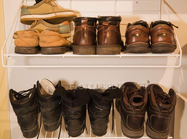 Различные зимние туфли на белых стендах — стоковое фото