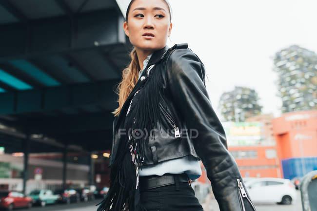 Donna che cammina all'aperto e guarda altrove — Foto stock