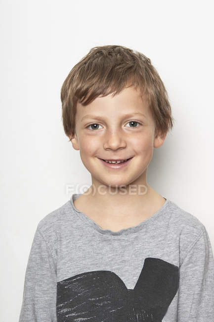 Портрет мальчика, смотрящего в камеру и улыбающегося — стоковое фото