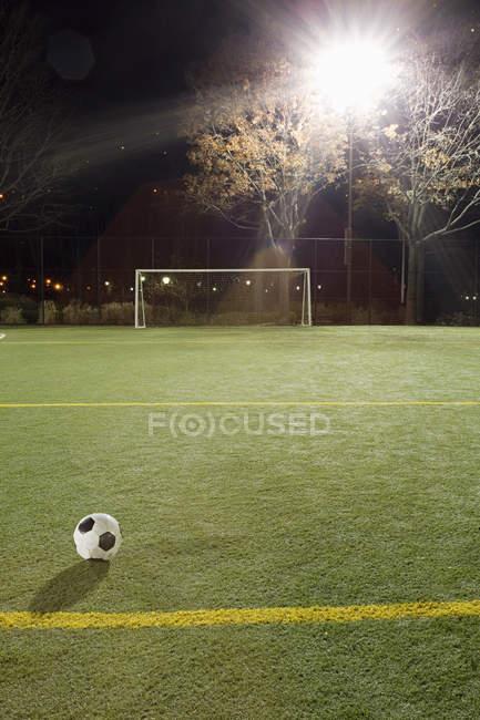 Ansicht eines Balles am Fußballplatz — Stockfoto