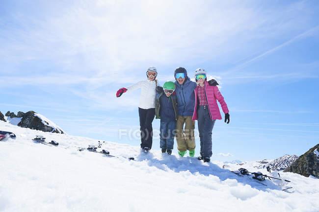 Familia en unas vacaciones de esquí, Tux, Tirol, Austria - foto de stock