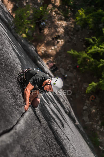Вид на человека, скачущего по скале Блафс в Фашистском парке, Пентиктон, Канада — стоковое фото
