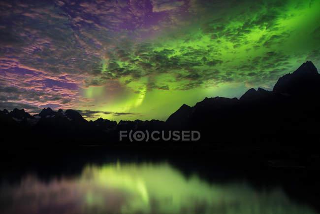 Aurora Borealis au-dessus des chaînes de montagnes, Narsaq, Vestgronland, Groenland — Photo de stock