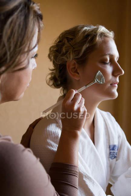 Frau mit Schlammmaske im Gesicht — Stockfoto