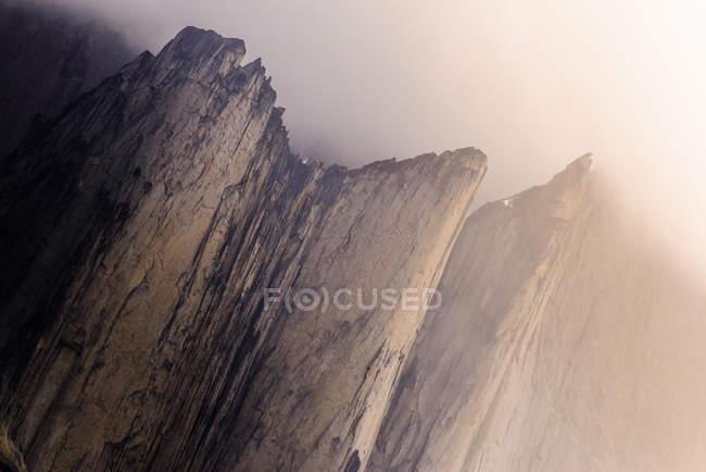 Vista panoramica delle montagne Nalumasortoq nella foschia, Vestgronland, Groenlandia — Foto stock