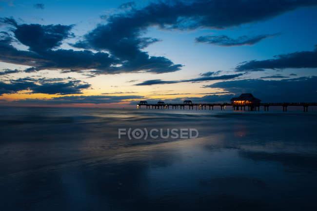 Pilastro della spiaggia al tramonto, Clearwater, Florida — Foto stock