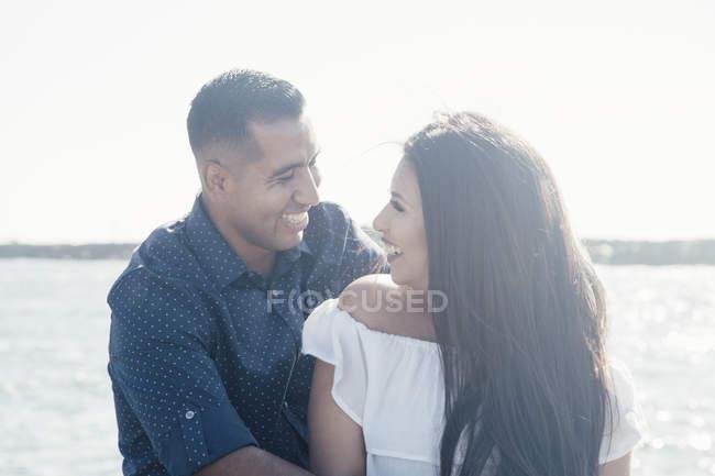 Paar am Meer, von Angesicht zu Angesicht, lachend, Robbenstrand, Kalifornien, USA — Stockfoto