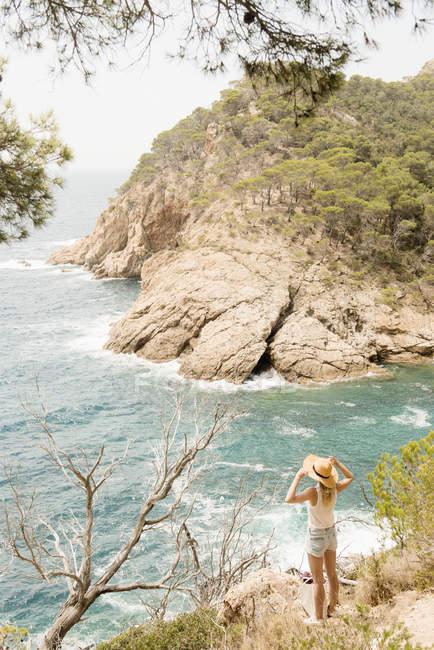 Donna sulla costa guardando la vista, Tossa de mar, Catalogna, Spagna — Foto stock
