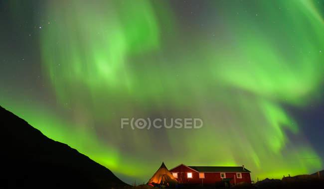 Paesaggio con baita e aurora boreale di notte, Narsaq, Vestgronland, Groenlandia meridionale — Foto stock