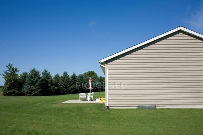 Вид сбоку пригородного дома, Индиана, Соединенные Штаты Америки — стоковое фото