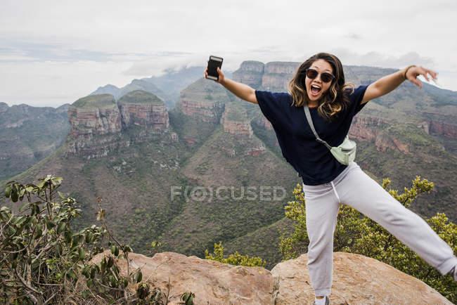 Asiatica Giovane turista in posa su Tre Rondavels, ritratto, Mpumalanga, Sud Africa — Foto stock